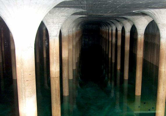 A gellérthegyi Gruber József víztározó Budapest legnagyobb víztároló medencéje, mely Dél-Buda és Pest lakosságát látja el ivóvízzel. Két zongora alakú medencéből épül fel, melyekben a födémet tartó pillérek egészen különleges látványt nyújtanak. Nem egész évben látogatható, de időnként megnyitják a helyet a kíváncsiskodók előtt.