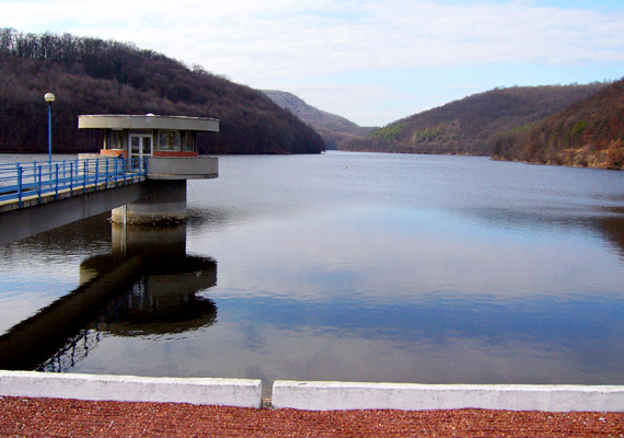 A Lázbérci-víztározó egy Y-alakú mesterséges tó, melyet a Bán-patak völgyének elzárásával hoztak létre, hogy ivóvízzel lássa el a környékbeli településeket. A Bükki Nemzeti Parkban található, Uppony és Dédestapolcsány között. Szintén lehet itt kirándulni, de horgászni is.