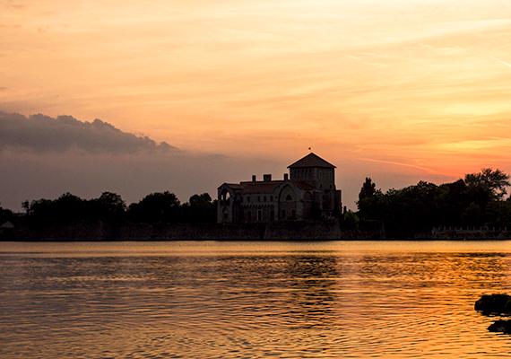 Nem mindenki tudja, de a hazánk legrégebbi halastavának számító tatai Öreg-tó is mesterséges eredetű. A tó létrejötte az Által-éren épített völgyzárógát létrehozásához köthető, ami már a római korban megtörtént, a tó közelítő mai formáját azonban csak a 18. században nyerte el.