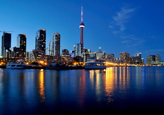 Kanadában az ország adatai szerint 300 ezer körüli a magyarok száma, különösen a képen látható Torontóban és környékén, Vancouverben, Edmontban, Calgaryban, Windsorban és Ottawában élnek sokan.