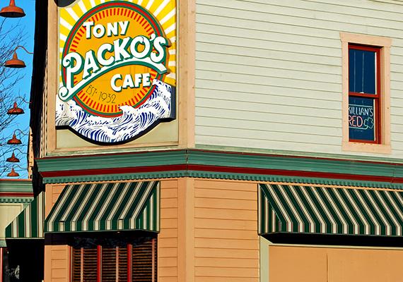 A magyar származású Tony Packo kávéháza legendás példája az amerikai álom megvalósulásának. A toledói kávéházat 1932-ben alapította a Packó család sarja a rokonoktól kölcsönkapott 100 dollárból a helyi magyar negyedben. Az azóta híressé vált helyet még ma is a család üzemelteti.