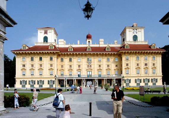 Ausztriában Burgenland területén él a legtöbb magyar, körülbelül 70 ezer fő. A képen a tartomány székhelyén, Kismartonban található Esterházy-kastély látható.