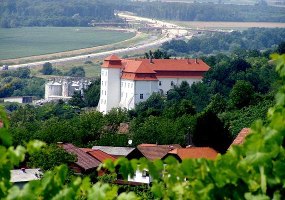 Szlovéniában körülbelül 10 ezer magyar él. A képen a lendvai vár látható: Lendva a szlovéniai magyarok központi települése.