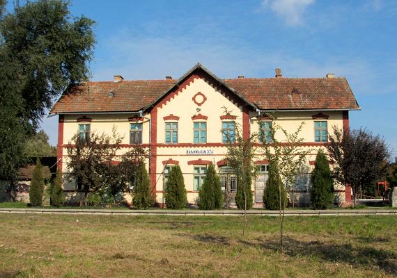 A szerbiai, vajdasági magyarok száma mintegy háromszázezer fő. A képen Magyarkanizsa vasútállomása látható: a települést máig nagyrészt magyarok lakják.