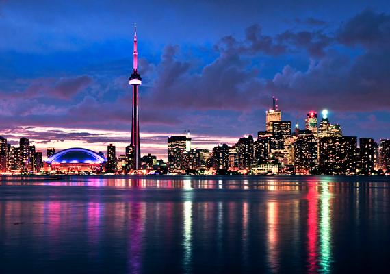 Kanadában napjainkban több mint két-háromszázezer magyar él. Az ország legnagyobb városa, a képen látható Toronto igen kedveltnek számít köreikben.