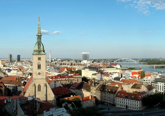 Szlovákiában a felvidéki magyarok száma körülbelül ötszázezer főre tehető. A képen a jelentős számú magyar lakossal rendelkező Pozsony látható.