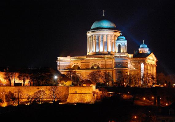 Ha nem is vagy vallásos, az esztergomi bazilikát vétek lenne kihagyni. A Szent István téren álló főszékesegyház ugyanis mindig remek programokkal várja az érdeklődőket.
