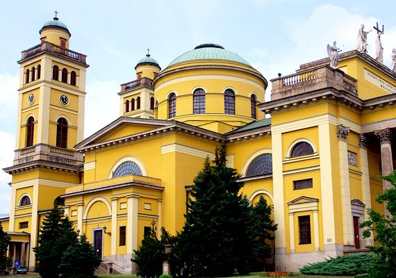 Az egri főszékesegyház Magyarország második legnagyobb temploma. Karácsony közeledtével gyakran rendeznek itt ünnepi hangversenyeket, melyeket érdemes legalább egyszer meghallgatni.