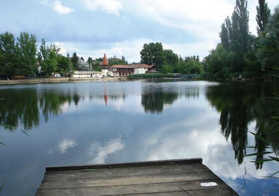 A Veresegyházi-tó egyik területe a horgászok közkedvelt állomása, de a másik része a strandolók körében népszerűbb.