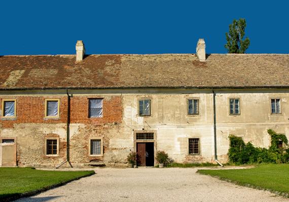 A műemlékegyüttes része a kastély is, amit valaha az Eszterházy család birtokolt.