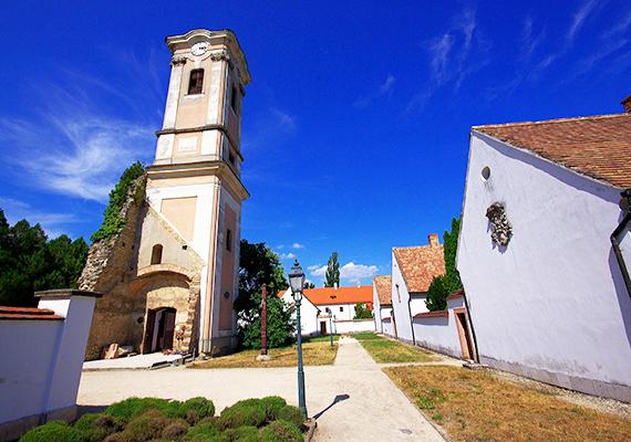 A kamalduli remeteséget 1733-ban kezdték el építeni Majkon, az első remetelak alapkövét Esterházy József tette le. A remeteségben cellaházakat, templomot és közösségi épületet alakítottak ki. A némaságot fogadó fehércsuhás szerzetesek külön-külön elmélkedtek cellaházaikban, évente csak egyszer beszélhettek egymással. A remeteség II. József 1782-es rendeletéig virágzott, amikor a rendet feloszlatták, a berendezés egy részét pedig elárverezték, állami tulajdonba vették, vagy széthordták.