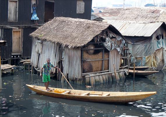 Makokón az emberek elsősorban halászatból élnek, mondhatni, hogy a peremkerület lakóinak a csónak a legértékesebb tulajdonuk.