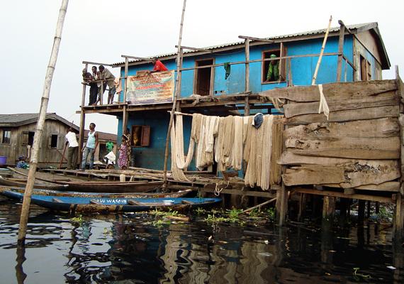 A házak a víz fölé épültek, és facölöpökön állnak.
