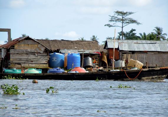 Körülbelül 200-250 ezer ember éli itt mindennapjait, sokan vezetékes ivóvíz és áram nélkül.