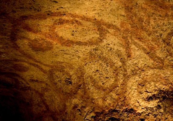 Az orákulumszoba mennyezetén máig megmaradt alakzatok vörös színe is az élet, a halál, valamint az újjászületés egységét szimbolizálja.