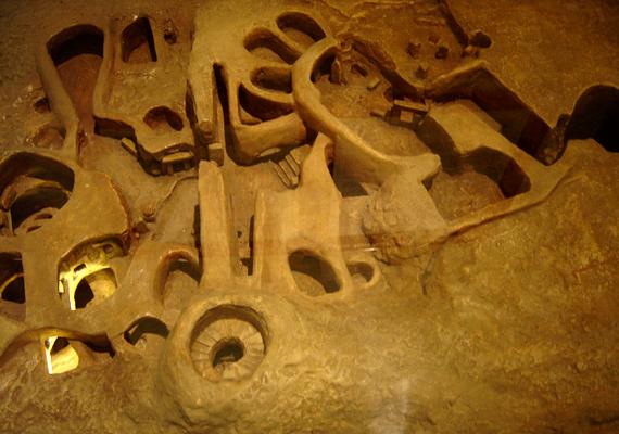 Az építmény modellje. A föld alatti épület 20 terme három szinten helyezkedik el. A megdöbbentő komplexumot Málta egykori őslakói fáradságos és hosszadalmas munkával, csont- és kőeszközök segítségével vájták a mészkőbe.