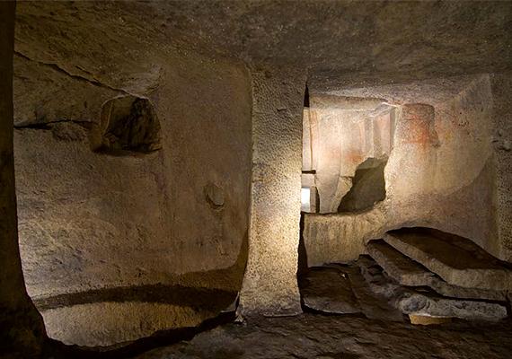 Az egyik kamra. A kutatók szerint nemcsak halottakat temethettek ide, de az itt szolgáló jósok vagy orákulumok képesek voltak beszélgetni is az elhunytakkal.