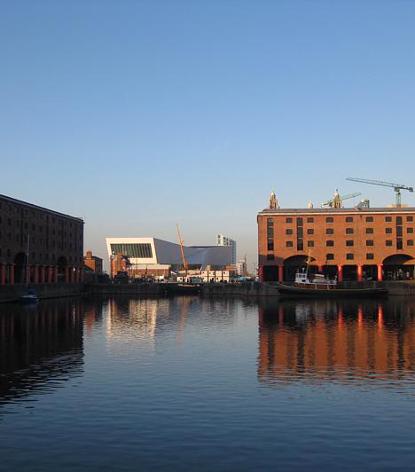 Liverpool egykori legfontosabb része volt az Albert Dock. Ide futottak be a hajók áruval megrakodva. Ma múzeumoknak, kávézóknak és üzleteknek ad otthont.