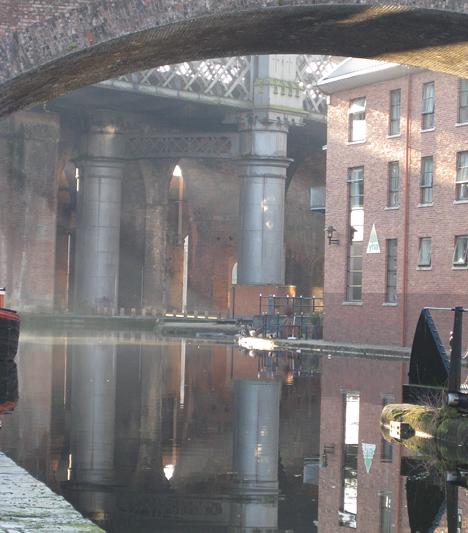 Castlefield Manchester legrégebbi része. Római kori vízvezetékek és 19. századi magasvasút adja meg a hely sajátos, sejtelmes báját.