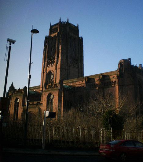 Liverpool anglikán katedrálisa mérföldekre ellátszik. Tekintélyes harangtoronnyal rendelkezik, illetve a legnagyobb működő orgonával.