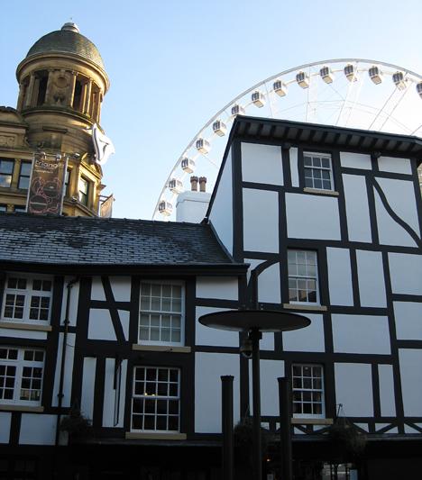 Manchesterben tökéletesen megfér egymás mellett a középkori, a barokk és a modern.