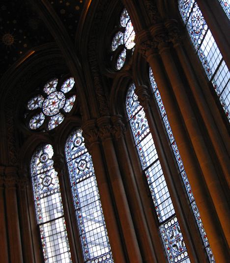 A hatalmas, neogótikus üvegablakok is feltűnnek a filmben.
