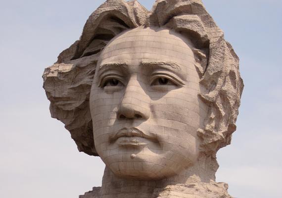 A szobor merőben más, mint az a kép, mely az emberekben él az egykori komoly és szigorú vezetőről: a lobogó, hosszú hajú alak fiatalságának teljében ábrázolja, így nézhetett ki 1925-ben.