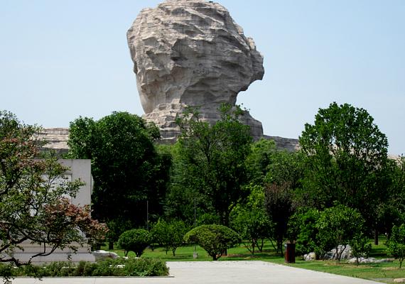 A 32 méteres szobrot gránitdarabokból rakták össze és faragták meg, a költségek kapcsán pedig 300 millió dolláros összeget emlegetnek.