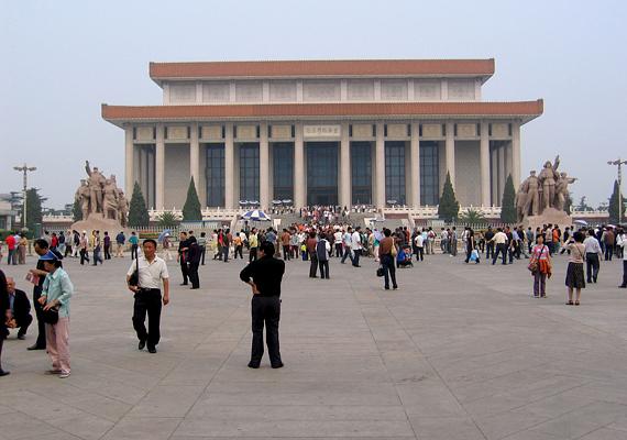 A diktátor bebalzsamozott teste máig látható pekingi mauzóleumában.