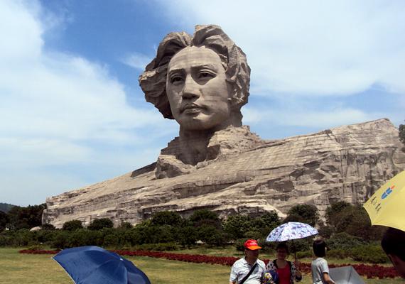 A szobor felépítéséről 2007-ben döntöttek. Ma a Hunan tartományban található Csangsa városában magasodik, mely fontos helyszín volt a fiatal Mao életében, illetve radikális nézeteinek formálódásában.