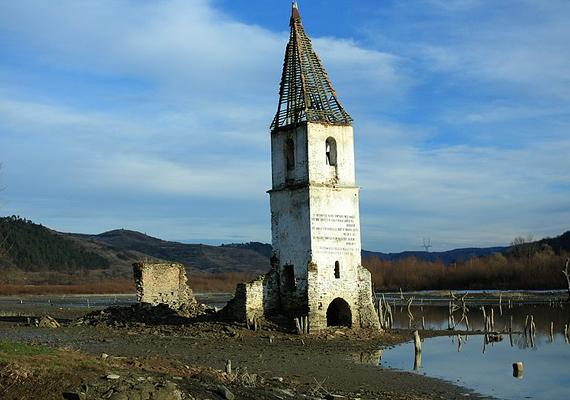 Bözödújfalu a román falurombolás jelképévé vált. A lakosok kitelepítése 1985-ben kezdődött meg a helyi víztározó építése miatt.