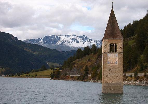 Az olaszországi Reschen-tó templomának nagyobb része ma a mesterséges tó mélyén fekszik. A templomot és a Graun nevű falut 1950-ben árasztották el gátépítés miatt. Legendák szólnak arról, hogy még ma is hallani a torony harangjait.
