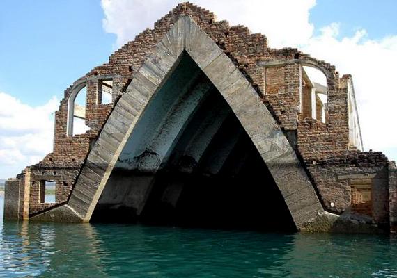 A brazíliai Petrolandia lakóit akkor telepítették ki, mikor a közelben megkezdték egy új gát építését. Az egyetlen még ma is álló épületet az elárasztott templom jelenti.