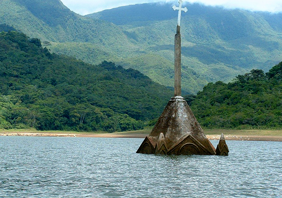 Az 1200 fős venezuelai Potosit 1985-ben árasztották el a kormány rendelete alapján, mivel gátépítést terveztek a falutól nem messze.