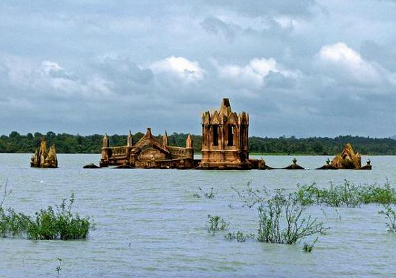 A karnatakai, indiai Szent Rózsafüzér-templomból ma már csak csúcsa látszik. A falut szintén gátépítés miatt árasztották el.