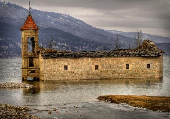 A macedóniai, mavrovói Szent Miklós-templomot 1850-ben építették meg. 153 évig állt a faluban, mielőtt úgy döntöttek, helyén egy mesterséges tó létrehozására van szükség.