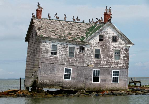 A század hajnalán 60-70 házikó állt a szigeten, az általános iskolával, a templommal, a postahivatallal és az orvosi rendelővel együtt. Sőt, még kikötő és egy kisebb hajóflotta is tartozott a településhez.