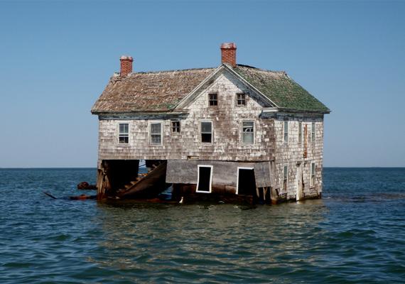 Az eróziónak és a tengerszint emelkedésének köszönhetően a sziget süllyedni kezdett, így a legtöbb lakos a költözést választotta. Nem sokkal a település elnéptelenedése után olyan vihar csapott le a szigetre, hogy mindössze egyetlen ház maradt épen.