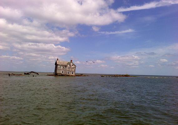 Az egyetlen ház magányosan áll a tenger közepén, szürkei falai és megroggyant szerkezete arról árulkodik, hogy már nem sokáig marad így. Az utóbbi időben több kísérletet is tettek arra, hogy újra benépesítsék a szigetet, de eddig egyik sem járt sikerrel.