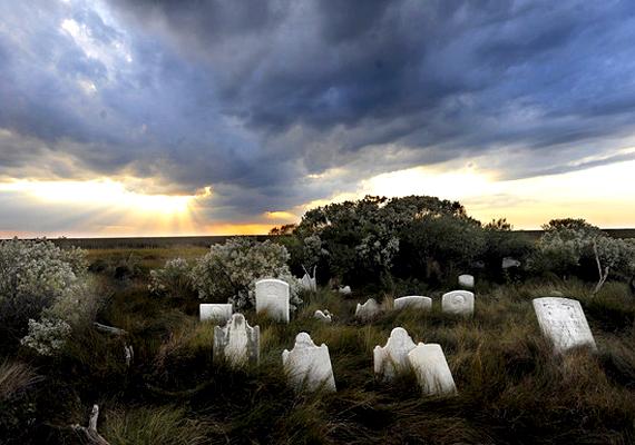 A temető is megúszta a vihar rombolását és a tengerszint emelkedését, nem véletlen, hogy mindezt a szellemjárásnak tulajdonítják.