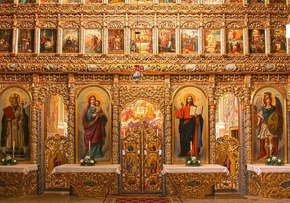 A templom gazdagon díszített. Az egyik korai feljegyzés szerint az első könnyezés idején a plébános egy haldokló kisgyermeket emelt a Mária-képhez, aki, ahogy megérintette, meggyógyult.