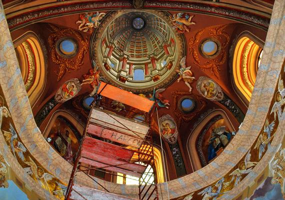 A mennyezetfreskókat is a felújítás során restaurálták.
