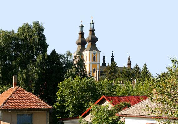 Sokan gyógyulást remélnek a könnyező festménytől, ezért a falu a magyar és külföldi turisták körében is közkedvelt úti cél.