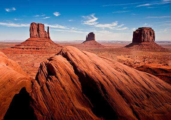 Az amerikai egyesült államokbeli Colorado-fennsík részének számító Monument Valley vörös sziklatűi és táblahegyei is földöntúliak.