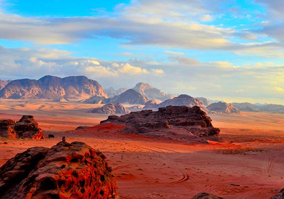 A jordániai Wadi Rum vagy Vádi rum nem csupán a Mentőexpedíció számára szolgált forgatási helyszínként, de például A vörös bolygó című filmhez is erősen kötődik. A kiszáradt folyómeder, illetve aszóvölgy az UNESCO Világörökségnek is részét képezi.