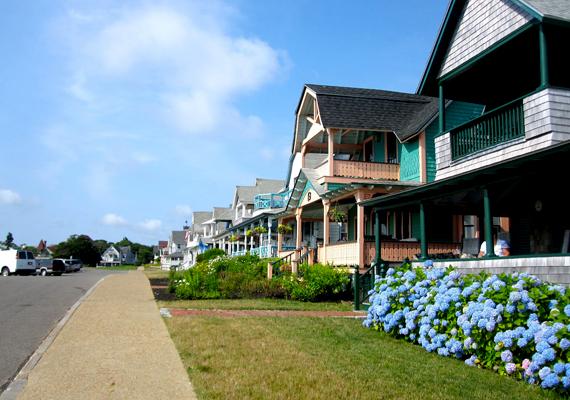 Bár egyre több turista látogatja meg, sokan máig ódzkodnak tőle, az élet itt ugyanis jóval - a becslések szerint legalább 60%-kal - drágább, mint bármelyik más amerikai nyaralóhelyen, nem utolsósorban pedig a házak árai is 96%-kal magasabbak.