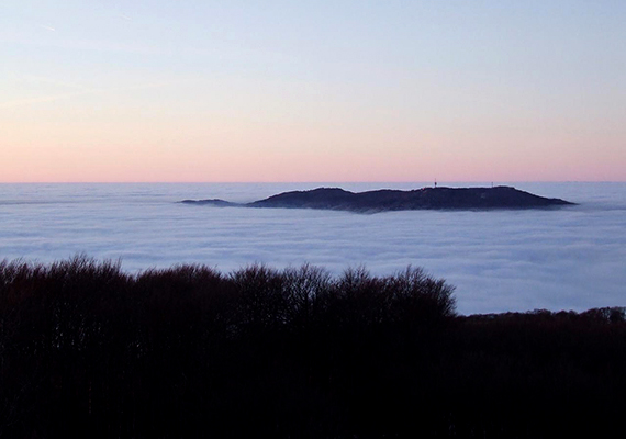 Hazánk legmagasabb csúcsai csodálatos kilátást és látványt nyújtanak a téli időszakban, a képen például, mely a Kékes felől készült, az ország harmadik legmagasabb hegycsúcsa, a Galya-tető látható, amint kiemelkedik a hideg légpárnából.