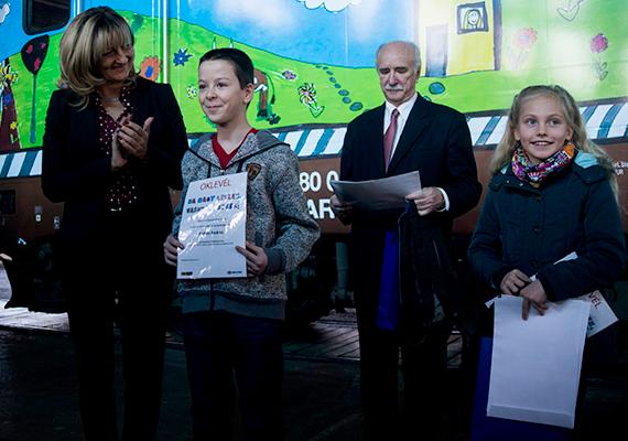 Az október 31-én lezárult pályázatra 577-en küldtek be rajzot, közülük a MÁV szakembereiből, könyvillusztrátorból és a megvalósításába bevont szervezetek képviselőiből álló szakmai zsűri választotta ki a győzteseket, akik a képen is láthatók.