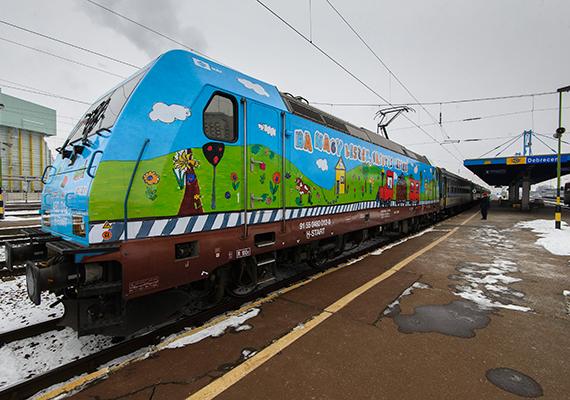 A győztes alkotásokkal díszített TRAXX típusú mozdony a debreceni vasútállomáson 2016. január 25-én. A mozdony már menetrend szerint közlekedik az ország több vonalán.