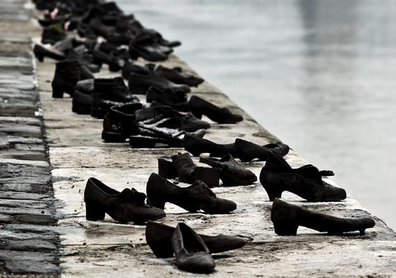 A Cipők a Duna-parton nevet viselő alkotás azoknak állít emléket, akik a nyilasterror ideje alatt veszítették életüket. A Can Togay filmrendezőnek és Pauer Gyula Kossuth-díjas szobrászművésznek köszönhető, hatvan pár korhű vascipőből álló emlékművet 2005-ben avatták fel.